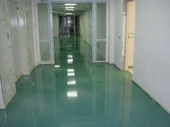 Наливной пол в коридоре больницы